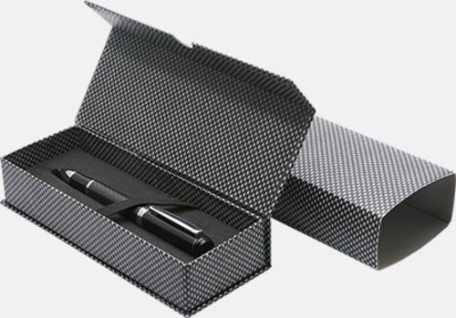 Magnetstängning med slipcase kolfiber (se tillval) Pennor med blanka, solida pennkroppar med reklamlogo