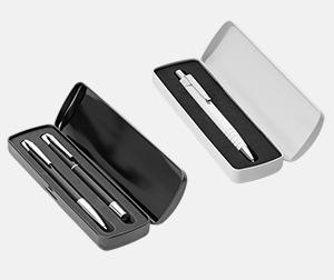 Metalletui 2 svart och 1 vit (se tillval) Vita bläckpennor med färgade tryckknappar med reklamtryck