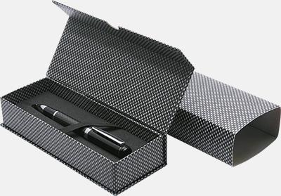 Magnetstängning med slipcase kolfiber (se tillval) Vita bläckpennor med färgade tryckknappar med reklamtryck